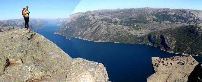 A meredek sziklafalakkal határolt Lysefjord, a kép jobb alsó felében a híres Szószék-sziklával