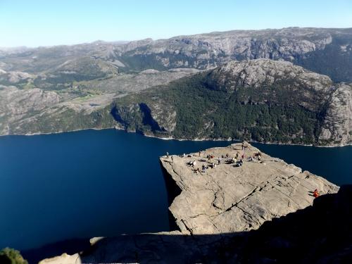 A Szószék-plató, azaz a Preikestolen, 600 méterrel a szépséges Lysefjord fölött