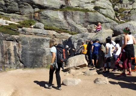 Sorban állás a fotózásért Kjerag-szikla)