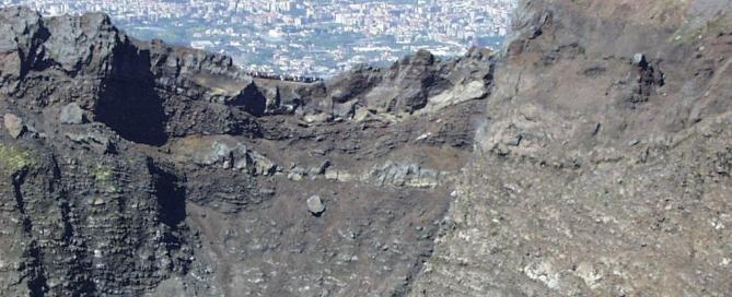 Leszállásunk helyszíne. A kráterperemen kirándulók láthatók, a háttérben Nápoly részlete