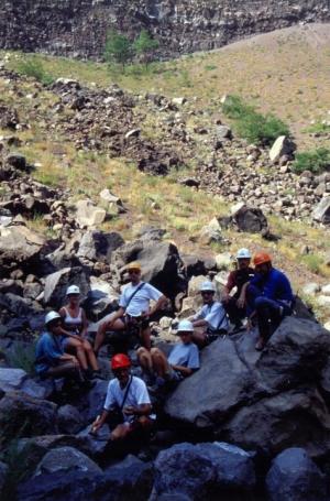 Pihenő a kráter aljába zuhant kőtömbökön