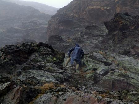 Esőkabátban a csúszós sziklákon nem a legbiztonságosabb a a haladás