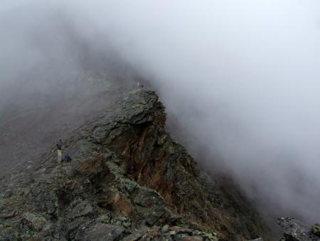 A köd hamarosan bekebelezi az egész hegyet