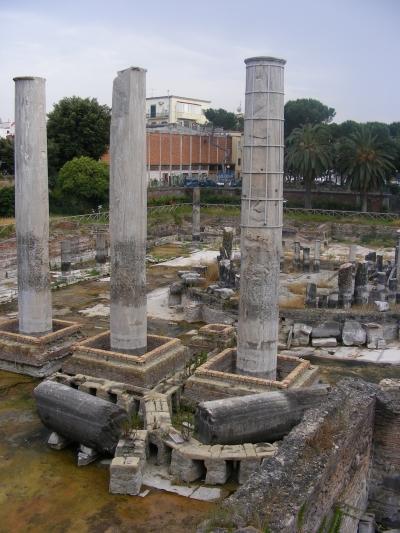 Az ókori Szerapisz-templom oszlopai Pozzuoliban. Az oszlopokon lévő fúrókagyló-nyomok néhai tengerelöntésre utalnak