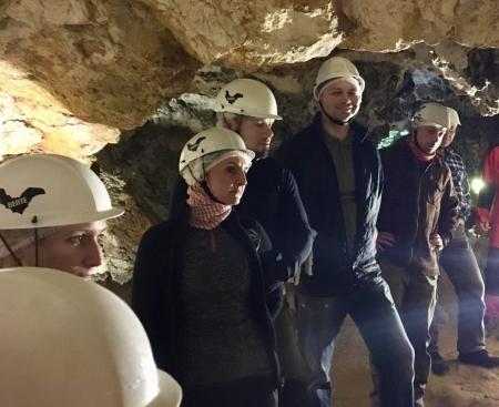 Látogatók a barlang nagytermében