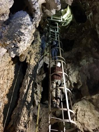 A barlang alsó szintjére 9 méteres létrán juthatunk le