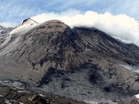 A csúcskráterek erős gáz- és gőzkibocsátás közben