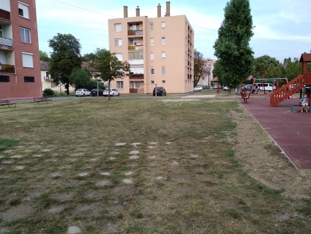 A Borbála lakótelepen létesített játszótér védelmét jelenleg ún. napvitorlákkal oldják meg, hosszú távpn azonban a fák jelentik a megoldást (Maros Rudolf felvétele)