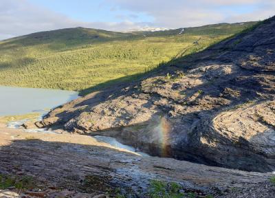 A szivárvány alatt vízesés sejlik