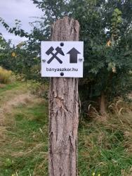 Ahol még mobilalkalmazással sem egyértelmű az útvonal (keskeny ösvények), ott útjelző táblák is segítenek