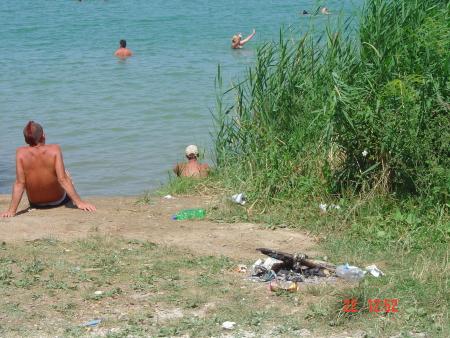 Jellegzetes tóparti kép strandszezonban. A képen látható fürdőzők valóban közömbösek a környezetük iránt?