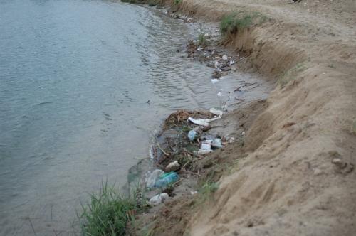 A homokos part rendkívül gyors erózióáját a fürdőzők által okozott taposás még inkább kifejezetté teszi. Fontos lenne a megfelelő partvédelem