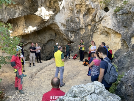 Előadás a barlang a Strázsa-barlang előcsarnokában